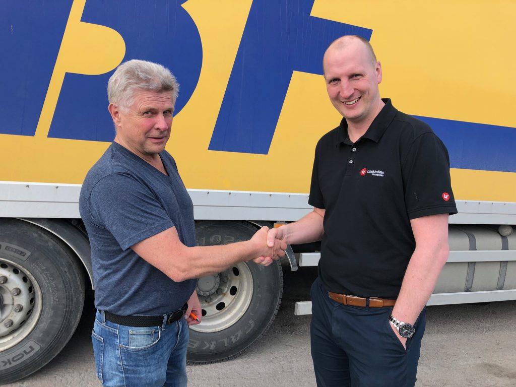 Andreas Lindström och Arne Lindgren skakar hand