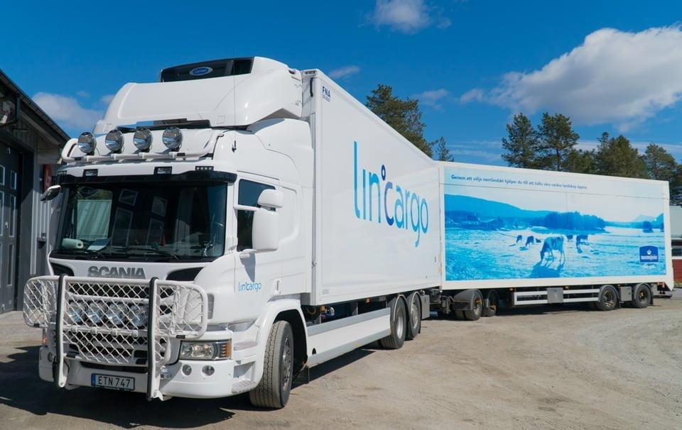 Lastbil och släp för livsmedelstransport