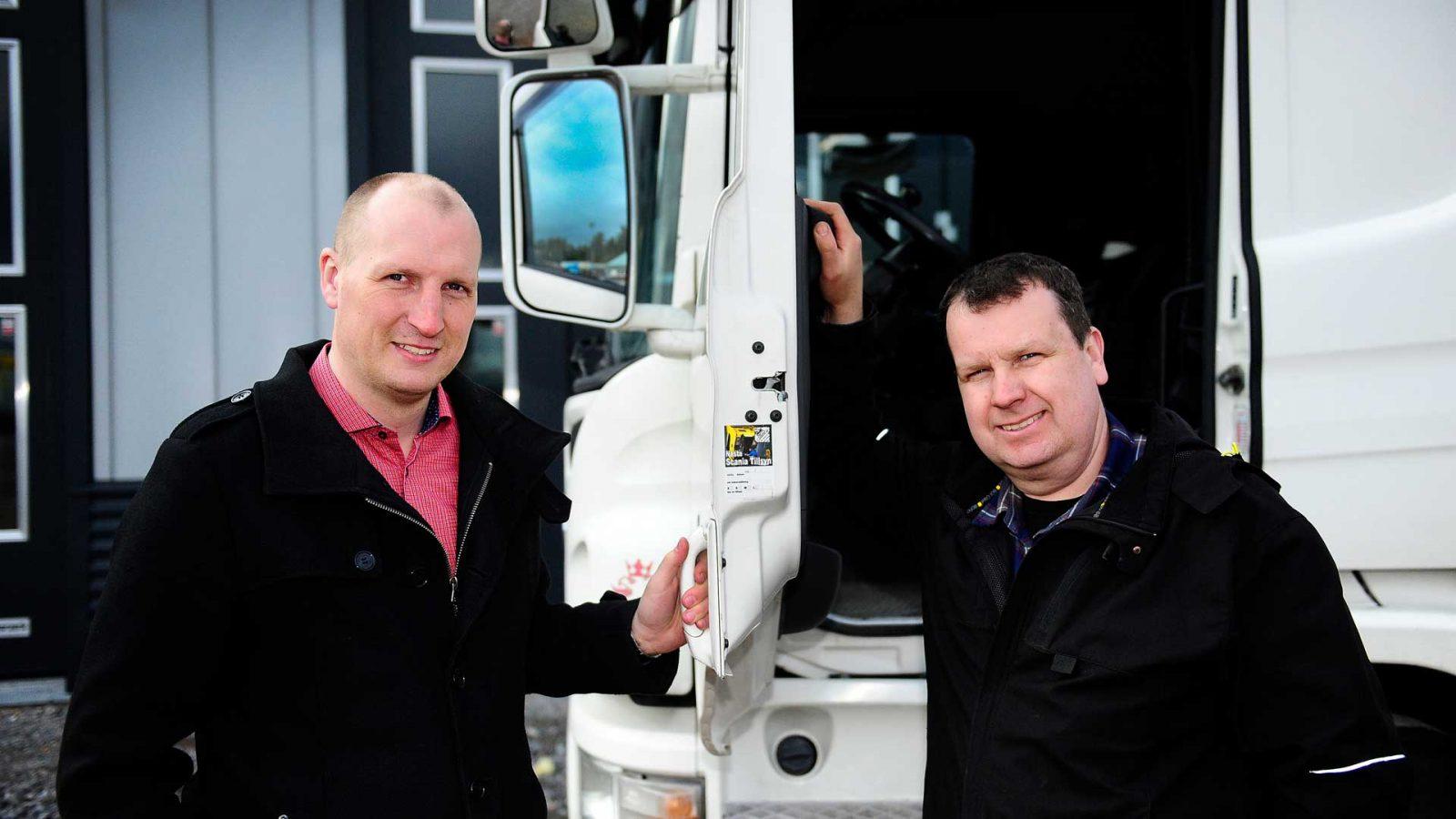 Andreas Lindström och Mattias Henrikkson framför en vit lastbil