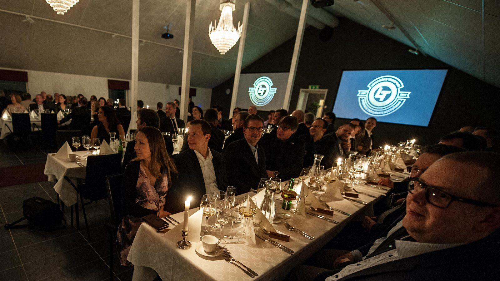 Gäster sittandes vid bord
